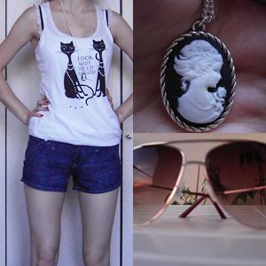 Top, Top mit Katzen, Shorts (by Denim) und Sonnenbrille von H&M; Kette + Anhänger von SIX
