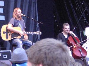 Pohlmann, seine Gitarre und sein Bassist.