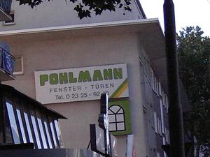 Lustiger Weise wirbt links neben der Bühne der Glaser Pohlmann... während des Pohlmann Konzerts.