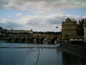 Blick von der Karlsbrücke über die Moldau und einen Teil von Prag