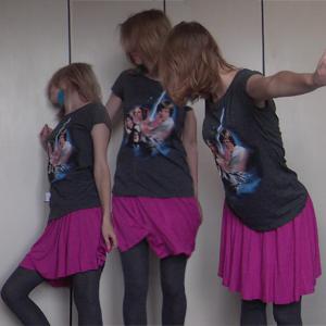 Tag 28: Federohrringe selbstgemacht, T-shirt und Rock von H&M, Strumpfhose unbekannt