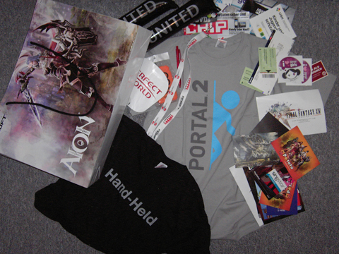 Alles ausgeschüttet und sortiert. Besonders toll sind das Handheld und das Portal 2 T-shirt.