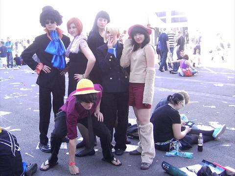Cosplayer im Innenhof: geniale One Piece Kostüme und Posen