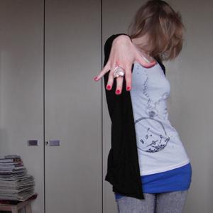 Tag 76 (20.09.2010): hängende Perlohrringe, T-shirt, Top und Jeans H&M; Herzfingerring Accessorize; Strickjacke Pimkie