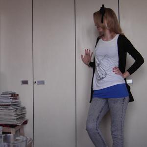 Tag 77 (21.9.2010): Haarschleife selbstgemacht von meiner Mutter, Ohrringe SIX, Stimmungsring unbekannt, Strickjacke Pimkie, Top + T-shirt + Jeans H&M