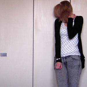 Tag 100 (14.10.2010): Haarreifen und Uhr unbekannt, Strickjacke und T-shirt Pimkie, Top und Jeans H&M
