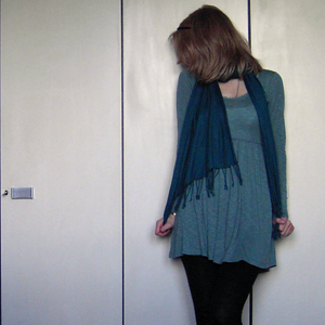 Tag 105 (19.10.2010): Haarband H&M, Schal Ostermarkt, Kleid Gina Tricot, Strumpfhose C&A