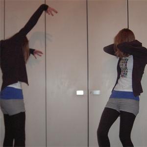 Tag 130 (13.11.2010): Sweatshirtjacke und Strumpfhose unbekannt, T-shirt H&M mit selbstberducktem Motiv, Top und Shorts H&M