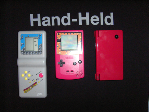 von links nach rechts: Tetrisspiel, Gameboy color, Nintendo DS-i (im Hintergund: Hand Held T-shirt)