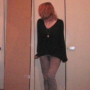 Tag 160 (13.12.2010): Pulli Avanti, Jeans H&M, Alicekette Discosweets Accessoires, neuer Freund (links im Bild) das kleine Billy Regal IKEA