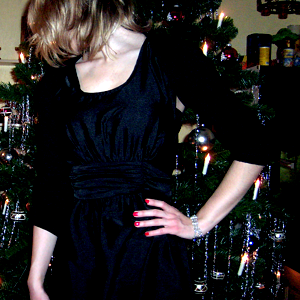 Tag 171 (24.12.2010): Kleid, hängende Perlenohrringe und Haarband H&M; Strickjacke Pimkie; Strumpfhose C&A; Perlenarmband SIX