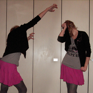 Tag 221: Strickjacke unbekannt, T-shirt Review, Rock H&M, Strumpfhose Pimkie