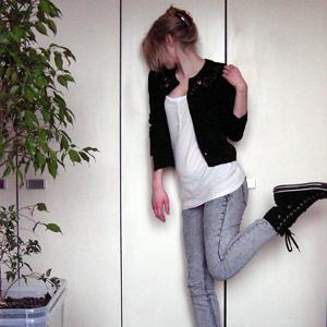 Tag 225 (15.02.2011): Haarspange, Tank-Top, Top und Jeans H&M; Strickjacke unbekannt; Schuhe Convers; Baum Ficus Benjamini (Liebe!)