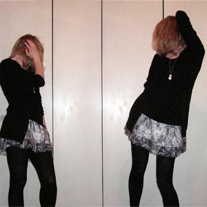 Tag 240 (02.03.2011): Strickjacke H&M, T-shirt Colosseum, Rock Zara, Strumpfhose C&A, Kette vintage (von meiner Großmutter)