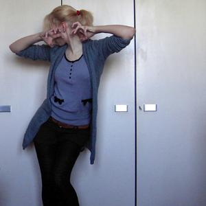 Tag 285 (16.04.2011): Strickjacke Gina Tricot, Oberteil H&M, Shorts und Gürtel Primark, Strumpfhose C&A