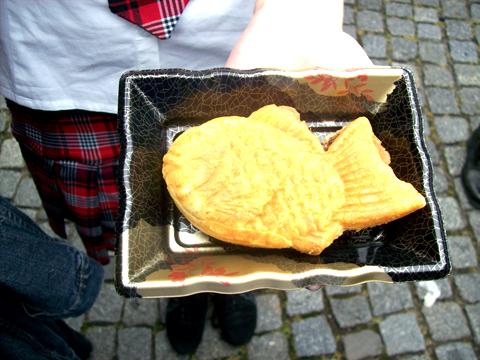 2008: Japantag in Düsseldorf (die Person im Rock bin ich...) (mit 18 Jahren)