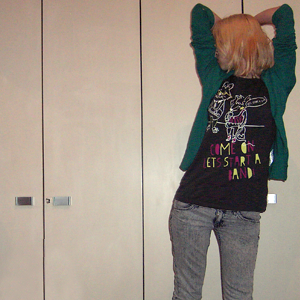 Tag 327: T-shirt Gina Tricot, Strickjacke und Jeans H&M