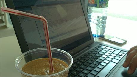 Uni: lernen (muss man auch festhalten... nein, es ist nicht meine Hand oder mein PC, aber mein Eiskaffee :3)