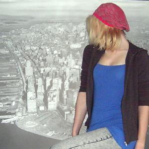 Tag 339 (10.06.2011): Sweatshirt-Jacke unbekannt; Top, Jeans und Mütze H&M (wunderbares IKEABild als Hintergrund)