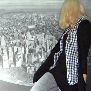 Tag 340 (11.06.2011): Strickjacke Pimkie; Bluse, Top und Jeans H&M (Hintergrund IKEA)