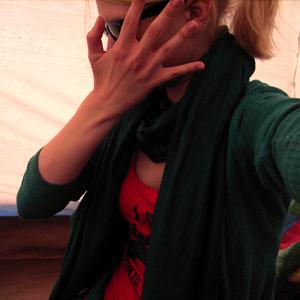 Tag 347: Strickjacke, Jeans und Sonnebrille H&M; T-shirt Primark; Schal Ostermarkt (im Zelt...)