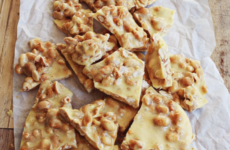 Sweet and Spicy Peanut Brittle von abeautifulmess