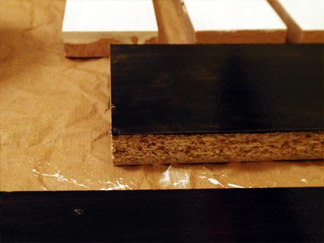 Bei dem mittleren Holz deckt die Farbe nicht richtig. Eine zweite Schicht muss her. Das vordere Stück sieht gut aus.