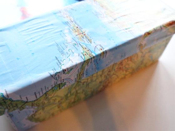 Box mit Weltkarte