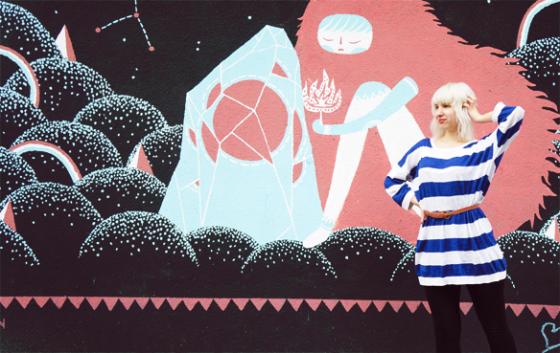 Streifenkleid und Leggings vor kölner Street Art