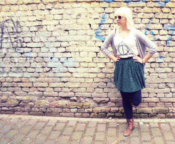 Outfitfoto vor einer Backsteinmauer