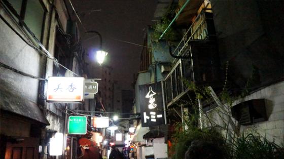 Kleine Gassen in Tokyo bei Nacht