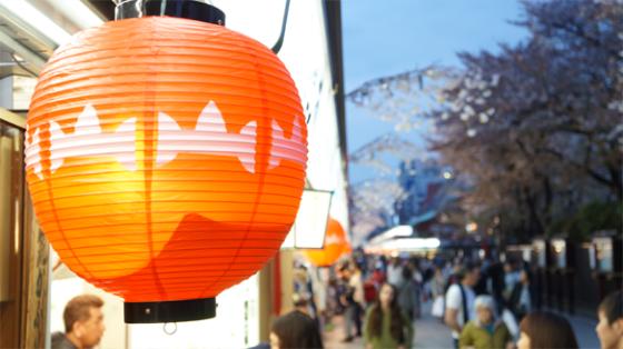 Die Stände hinter dem Schrein in Asakusa