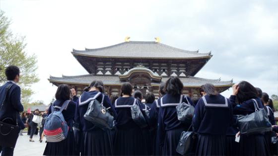 Eine Schulklasse vor dem Hauptgebäude des Tōdai-ji.