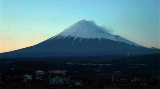 Abends geht es mit dem Shinkansen zurück nach Toyko und endlich sehen wir den Fuji.