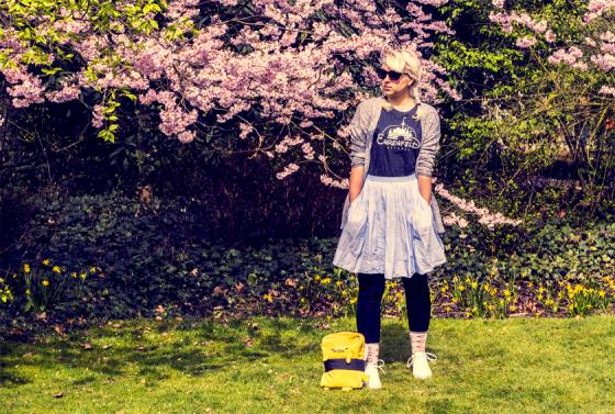 Erstes Frühlingsoutfit mit T-Shirt von Ehrenfeld Apparel, Rock von Uniqlo, H&M-Strickjacke und Gudetama.