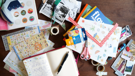 Alle Materialien auf einen Blick: Sticker, Papier, Flow-Magazine, Fotoecken, Schere, Washi-Tape und Andenken