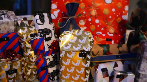 Adventskalender müssen nicht aus komplizierten Basteleien bestehen: Auch bunt verpackte Geschenke machen viel her.