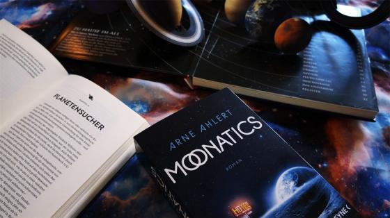 Wie sieht unsere Zukunft aus? Moonatics von Ahlert versucht eine mögliche Zukunft der Erde zu beschreiben. Im Gewand eines Reiseromans.