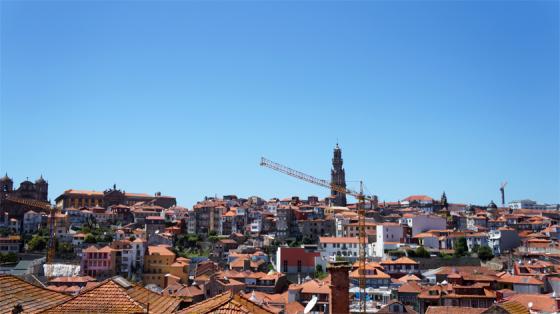 Blick vom Kathedralenvorplatz auf Porto.