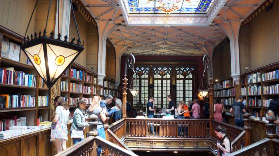 Holz und Glas im Livraria Lello in Porto.