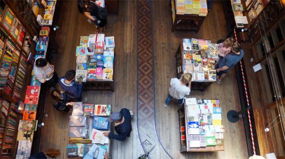 Alte Buchhandlung trifft auf moderne Literatur in Porto.