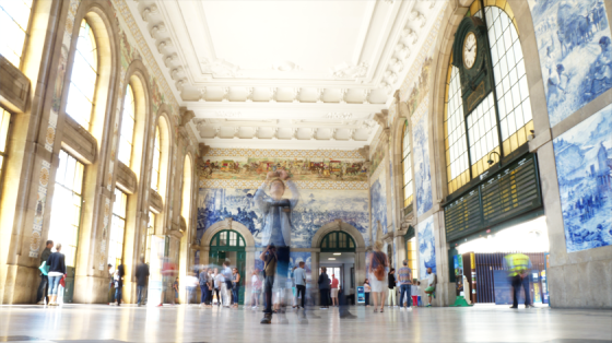 Der Hauptbahnhof von Porto wird ebenfalls von Touristen belagert.