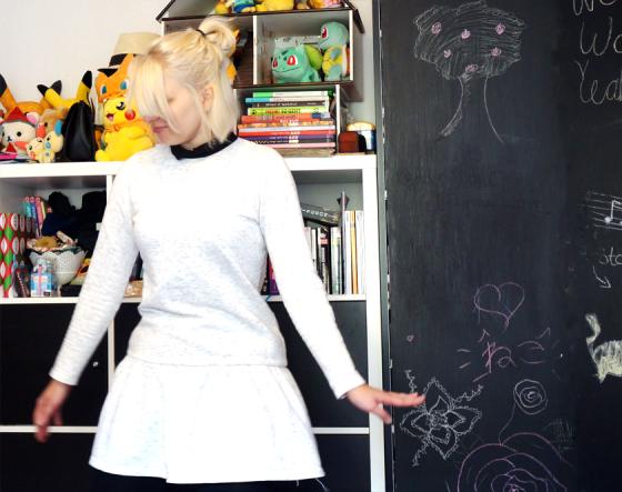 Herbstoutfit mit weißem Kleid von Asos und schwarzer Leggings.