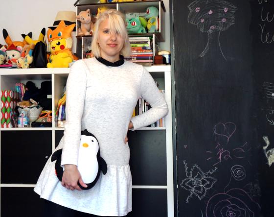 Weißes Kleid mit langen Ärmeln und Pinguin-Begleiter.
