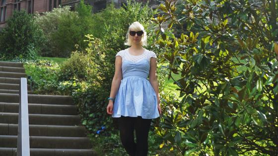 Blaues Spaghetti-Kleid über weißem Herzchen-T-Shirt.