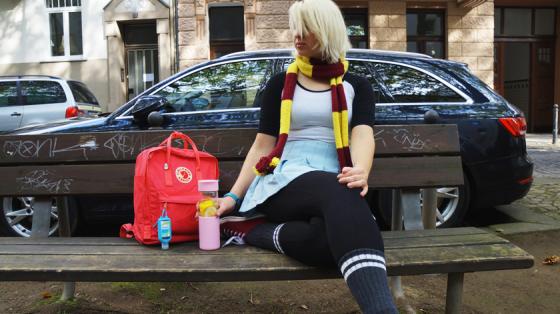 Von links nach rechts: Kånken-Rucksack, Glasflasche und mein Herbstoutfit.