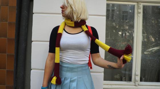 Gryffindor-Schal, Baseballshirt und Faltenrock.