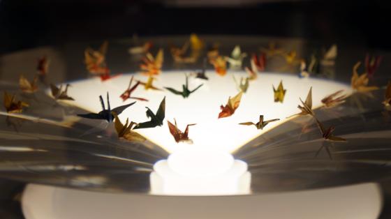 Origamikraniche, die von Sadako Sasaki in der Hoffnung gefallten wurden, wieder gesund zu werden.
