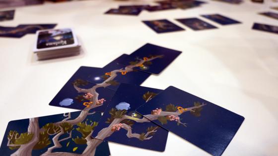Das Kartenspiel Kodama lässt Bäume wachsen.