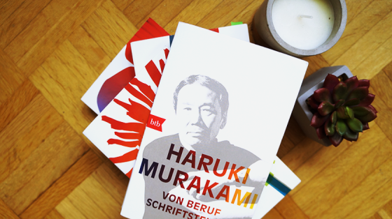 Ein Buchstapel mit Büchern von Haruki Murakami. Oben auf liegt Von Beruf Schriftsteller.